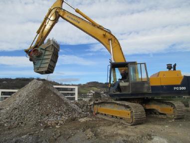 Tracked excavator - Komatsu PC300LC-3