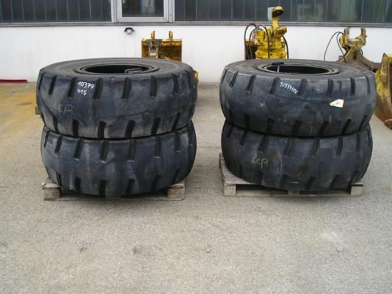 Liebherr 4 x Reifen 17.5-25 f. Holzfahrgerät